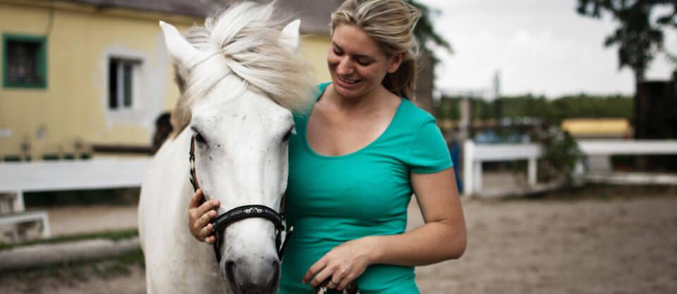 Cornelia Himmler | Chiropraktikerin für Pferde | Chiropraktik Pferde Sport Wien | Tier - Chiropraktiker | Zahnbehandlung Pferd